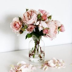Minimal flower arrangements are the best kind of flower arrangements. Just like our minimalist jewelsShop via link in our bio