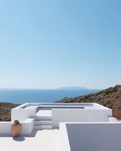 Un toit-terrasse avce un panorama exceptionnel Exterior Design, Interior And Exterior, Santorini House, Outdoor Living, Outdoor Decor, Mid Century House, Cabana, Modern Architecture, Architecture Details