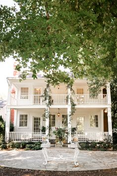 spirals of greenery to the clouds :: Alicia + Todd Southern Homes, Southern Charm, Dream Home Design, House Design, Future House, My House, Front Yard Decor, Charleston Homes, Decks And Porches