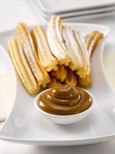 Es muy fácil preparar Churros con Manjar Nestlé®, en 30 minutos puedes hacerlos y podrás disfrutar junto a 8 personas. ¡solo tienen 393 Kcal por porción!