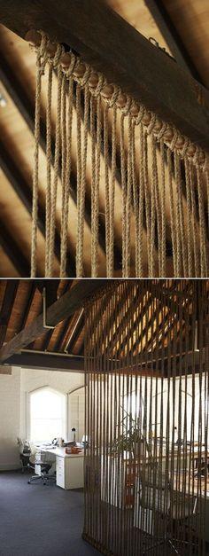 веревочная перегородка (Балка на потолке и пара палок — внизу и сверху. И веревка)