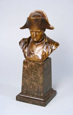 Bronzeplastik Napoleon unsign., Anfang 20. Jh., qualitätsvoller Guss dunkel patiniert, als Büste mit Hut, auf hohem Podest aus sächs. Serpentin, winzige Bestoßung an der Sockelkante, H 27 cm.