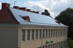 Met zonnepanelen op een ouder huis krijg je soms het idee dat er een halve satelliet uit het dak steekt. Het Zweedse bedrijf SolTech heeft een manier bedacht om zonnepanelen ín een dak te integreren, door middel van glazen dakpannen!