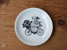 mini plate SOLD OUT decoration: Raija Uosikkinen ライヤ ウオシッキネン maker: ARABIA (finland) >> size: porcelain Vintage Images, Finland, Decorative Plates, Mugs, Decoration, Tableware, Painting, Amor, Porcelain Ceramics