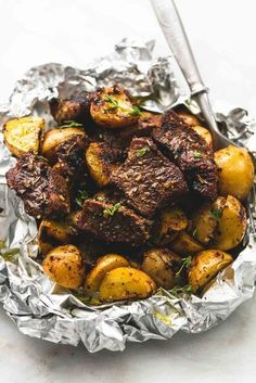 Healthy Meals - Juicy and savory seasoned garlic steak and potato foil packs are the perfect baked or grilled 30 minute hearty, healthy meal! In my mind there are some foods that just go together. French fries and Grilling Recipes, Meat Recipes, Cooking Recipes, Healthy Recipes, Garlic Recipes, Tin Foil Recipes, Potato Recipes, Steak Dinner Recipes, Recipies