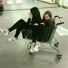 / A R Y A / / best friend besties sisters goals bff travel with bff photog Bff Pics, Photos Bff, Friend Photos, Cute Bestfriend Pictures, Sister Photos, Best Friend Pictures Tumblr, Tumblr Picture Ideas, Cute Tumblr Pictures, Shooting Photo Amis