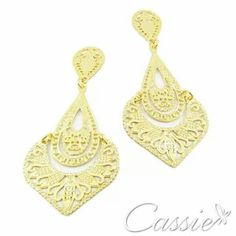 Bom dia!!!! Um ótimo domingo!!  Brinco Ananda folheado a ouro com garantia.  Confira os outros modelos.  ▫▫▫▫▫▫▫▫▫▫▫▫▫ #Cassie #semijoias #acessórios #moda #fashion #estilo #instalook #inspiração #tendências #trends  #brincos #brincoslindos #pulseirismo #lookdodia #zircônias #brilho #amo #folheado #dourado #brincoleque #brincoleve #colar #anel #pulseira