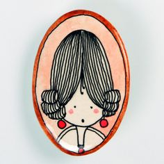 Condesa. Countess.  Broche de pasta cerámica con papel, diseñado, dibujado y pintado a mano. Medidas aproximadas: 6,2x4,6cm. Muy resistente a golpes y caídas.    Brooch made of ceramic paste with paper, designed, drawn and painted handmade. Approximate size: 2'44x1'81 inches. Very resistent to damage due to bumps and falls.