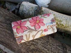Peněženka s květy Peněženka pro ty co chtějí mít originál. Peněženka je ušitá ze zahraničních látek , je vyztužená, aby krásně držele tvar. Uvnitř jsou tři přepážky a kapsička na zip. Na zadní přepážce jsou kapsičky na karty. Zapínání na magnet. Lze prát na 30 stupňů na jemný program, žehlit na bavlnu . Rozměr: šířka 19cm, výška 10,5 cm Střih Bellet ...