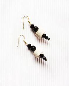 Orecchini pendenti neri e bianchi, orecchini di carta cristalli e perle di onice nera, orecchini importanti, gioielli di carta by AlfieriJewelDesign on Etsy