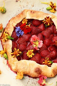 Strawberry Galette. All flavours of a pie without the hard work. #pastry #pie #galette #strawberry