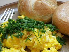 The Best Fluffy Scrambled Eggs Recipe! Healthy Egg Breakfast, Egg Recipes For Breakfast, Breakfast Ideas, School Breakfast, Egg Hacks, Food Hacks, Fluffy Scrambled Eggs, Easy Egg Recipes, Delicious Recipes