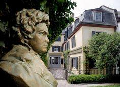 Gartenansicht des Beethovenhauses mit der 1998 von Cantemir Riscutia (1926-2003) geschaffenen Büste Ludwig van Beethovens (Foto von 2012)
