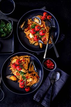 Mussel spaghetti in tomato sugo- Muschel-Spaghetti in Tomatensugo Today she finally starts our little shellfish …. Happy Cook, Food Menu Design, Shellfish Recipes, Food Wallpaper, Cafe Food, Good Healthy Recipes, Aesthetic Food, Food Plating, Food Photography