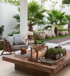 Veranda gestalten niedrige Möbel Holz Bonsai Kerzen Figuren exotische Note
