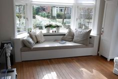 Bank for the bay window Bay Window Benches, Window Seat Storage, Window Seats, Banquettes, Home Living Room, Home Projects, Family Room, Room Decor, House Design