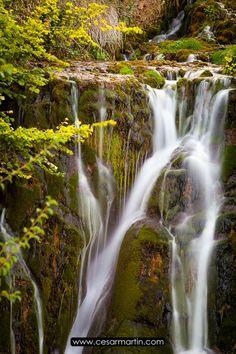 Beautiful waterfall in Tobera, Burgos, Spain Preciosa cascada en Tobera, Burgos, España