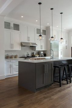Two-tone kitchen cabinets that will take off in 2019 - Kitchen Remodel Two Tone Kitchen Cabinets, Kitchen Cabinet Storage, White Cabinets, Storage Cabinets, Upper Cabinets, Two Toned Kitchen, Shaker Cabinets, Kitchen Cabinetry, Cabinets Direct