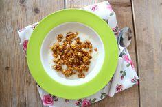 """Wij eten vaak als ontbijt een lekker bakje yoghurt met cruesli. Maar hoe leuk (en lekker) is het om je eigen """"cruesli"""" te maken? Dit recept is simpel te bereiden maar heel erg lekker. En als je """"cruesli"""" in een luchtdicht bakje bewaard, blijft de """"cruesli"""" 2 tot 3 weken lekker. Tijd: 10 min. + …"""