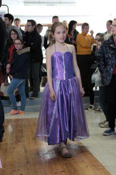 Laure dans sa robe de princesse violette