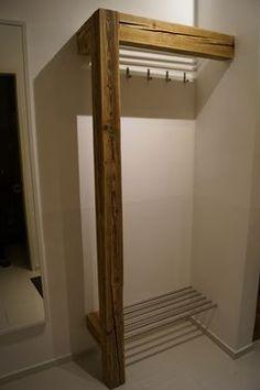 garderobe eingang mit rundh lzern zum aufh ngen der jacken. Black Bedroom Furniture Sets. Home Design Ideas