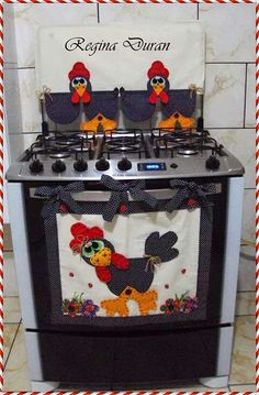 Panô de fogão Very cute roster for front of stove Applique Patterns, Applique Quilts, Easy Sewing Projects, Sewing Crafts, Kitchen Towels, Kitchen Decor, Kitchen Craft, Hobbies And Crafts, Diy And Crafts