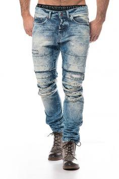 Knalltøff lyseblå slitt jeans med røffe detaljer. Jeansen har røffe patcher og slitte områder. Jeansen er regular fit. Her får du en unik og røff jeans som du garantert får oppmerksomhet for. Vi er de eneste i Norge som selger disse buksene!   Normal i størrelsen. Modellen på bildet er 183cm 80kg og bruker strl. 32/32.  Modell: UntouchableFarger: BlåMerke: FreesideFit: Regular fitMateriale: 100% bomullVaskeanvisning: 30 graderStørrelser:29/32, 30/32, 31/32, 32/32, 33/32, 34/32...