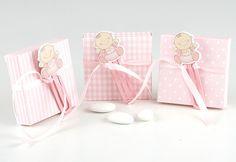 Detalles para bautizo. Marca páginas o punto de lectura, en madera niño bebé en rosa. Se presena en caja cuadrada 3 mod. (topos-cuadras-rayas), con 5 peladillas de chocolate, lazo a tono y tarjeta personalizada, nombre y fecha del evento. Precio para la unidad. Medidas: 8,5 cm