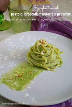 Gli spaghettoni al pesto di broccoli, pecorino e mandorle con briciole di pane croccante al peperoncino sono un piatto veloce, light e vegetariano, a base di verdure di stagione. La