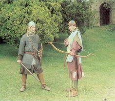 Un berroviere ed un arciere 1200.Berroviere(o birroviere) Nei sec. 13° e 14°, uomo armato  assegnato ai priori per l'esecuzione degli ordini, o che i podestà, i bargelli, i capitani del popolo portavano con sé quando si recavano a esercitare la loro carica in un comune. Arciere-L'arciere è un soldato armato di arco