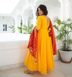 Party Wear Indian Dresses, Designer Party Wear Dresses, Indian Gowns Dresses, Kurti Designs Party Wear, Dress Indian Style, Indian Fashion Dresses, Indian Designer Outfits, Indian Outfits, Simple Kurta Designs