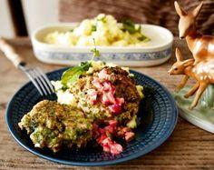 Brokkoli-Buletten Rezept: Brokkoli,Pfeffer,Mehl,Eier,Mandeln,Kartoffeln,Radieschen,Zwiebel,Kapern,Senf,Weißweinessig,Olivenöl,Milch,Muskatnuss,Öl