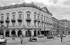 """Teatro Payret de La Habana. Su propietario fue el catalán Joaquín Payret, hombre que amaba las artes. Se inaugura el 21 de enero de 1877, también se le conoció como """"Coliseo Rojo"""", por el color de sus decorados. El huracán de 1926 se llevó los techos del inmueble fue reconstruido entre 1948 y 1951."""
