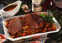 Rinderbraten in Chianti geschmort mit Möhren, Zwiebeln und Champignons Rezept | LECKER