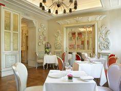 Una de las tres salas del restaurante decorados en estilo clásico