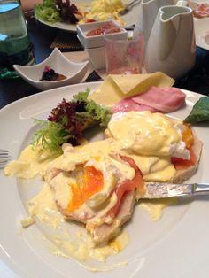 Ei benedict: pochierte Eier, Räucherlachs, Orangenfilets, heimischer Spargel, getoastetes Weißbrot, Sauce Hollandaise