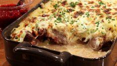 Kjartan Skjelde serverer reinsdyrkjøtt, syltet løk og sjampinjong som blir gratinert i ovnen sammen med potetkrem og en blanding av ost, kremost og urter.