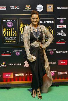 Sonakshi Sinha took to the IIFA Rocks 2015 green carpet in a Anamika Khanna ensemble.