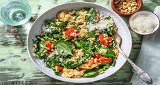 Met dit gerecht nemen we je mee op reis naar Italië. De pastasoort orzo lijkt op rijst, maar heeft een veel kortere kooktijd dan bijvoorbeeld risottorijst. De cherrytomaten worden door het bakken lekker zoet. Je maakt dit gerecht af met grana padano; het jongere broertje van de bekende Parmezaanse kaas. Deze kaas heeft een kortere rijpingstijd en is daardoor iets zachter van smaak. Healthy Pasta Recipes, Healthy Food, Pasta Salad, Foodies, Dinner Recipes, Veggies, Yummy Food, Meals, Dishes