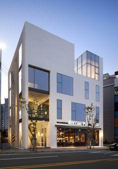 경주 Y빌딩 > ARCHITECTURE | DESIGNWHOS Arch Building, Office Building Architecture, Building Front, Building Facade, Facade Architecture, Gyeongju, Small Buildings, Modern Buildings, Facade Design