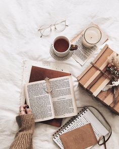 book aesthetic Flatlay Inspiration Bookstagram layout ideas and bookstagram inspiration Flat Lay Photography, Book Photography, Autumn Aesthetic Photography, Pic Tumblr, Flat Lay Fotografie, Fall Inspiration, Journal Inspiration, Character Inspiration, Fitness Inspiration