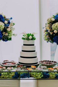 25 propuestas exquisitas de pastelería nupcial de la temporada. #Matrimoniocompe #Organizaciondebodas #Matrimonio #MatriPeru #BodaPeru #DecoracionDeMatrimonio #DecoracionConFloresParaBodasTortaDeBoda #TortaDeMatrimonio #TortaDeMatrimonio2020  #PastelDeBodas #WeddingCake #Cake Pantone 2020, Bridal, Classic, Blue, Daytime Wedding, Wedding Rustic, Pampas Grass, Color Trends, Bridal Gown