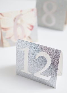 DIY Wedding - How to make simple table numbers with the Cricut Explore | Create your own table numbers! Tutorial from @jencarreiro