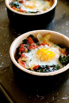 Baked Eggs with Tomato and Kale http://www.thecurvycarrot.com/2013/12/02/baked-eggs-with-tomato-and-kale/