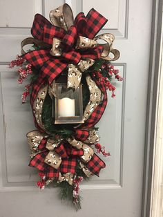 35 Inspiring Christmas Lanterns Ideas For Outdoor Decor Christmas Swags, Christmas Lanterns, Holiday Wreaths, Rustic Christmas, Simple Christmas, Christmas Holidays, Christmas Crafts, Christmas Decorations, Holiday Decor