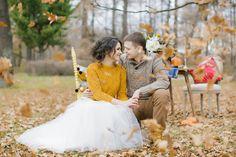 Стилизованная съемка от Caramelevents как раз показывает, какой может быть осенняя фотосессия: вязаные детали в образе жениха и невесты, теплые полутона, яркие акценты, тыквы, цветы и любовь, много любви. А как замечательно смотрится горчичный свитер с пышным платьем на невесте! Предлагаем вам вместе с нами рассмотреть всю эту красоту подробнее.