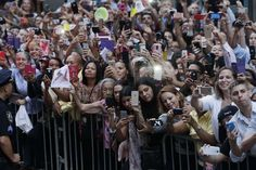 Crowds watch as Pope Francis' motorcade moves through New York City streets, Thursday, Sept. 24, 2015, on the way to St. Patrick's Cathedral where he will lead an evening prayer service. - © AP Photo/Richard Drew, Pool