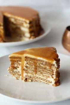 Wafer cake and caramel sauce Cookie Desserts, Sweet Desserts, Sweet Recipes, Delicious Desserts, Yummy Food, Baking Recipes, Cake Recipes, Portuguese Desserts, Strawberry Recipes
