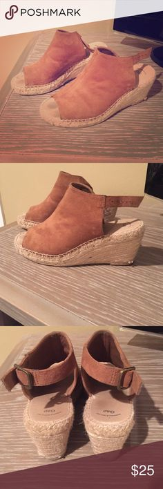 Gap crochet wedges Spice up any outfit with these cute wedges. They have a light brown velvet top with adjustable straps on the back. The bottom is a cream crochet design. They're in good condition but do have light fading in the toe area. ➡️➡️➡️ I am willing to negotiate on the price, so make me an offer! 😊 10% off bundles of three. ⭐️No Trades⭐️ GAP Shoes Wedges