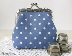 Sewing a Charming Mini Purse with a Clasp. Coin Purse Pattern, Coin Purse Tutorial, Wallet Tutorial, Diy Tutorial, Tote Pattern, Fabric Wallet, Fabric Gift Bags, Makeup Bag Tutorials, Sewing Tutorials
